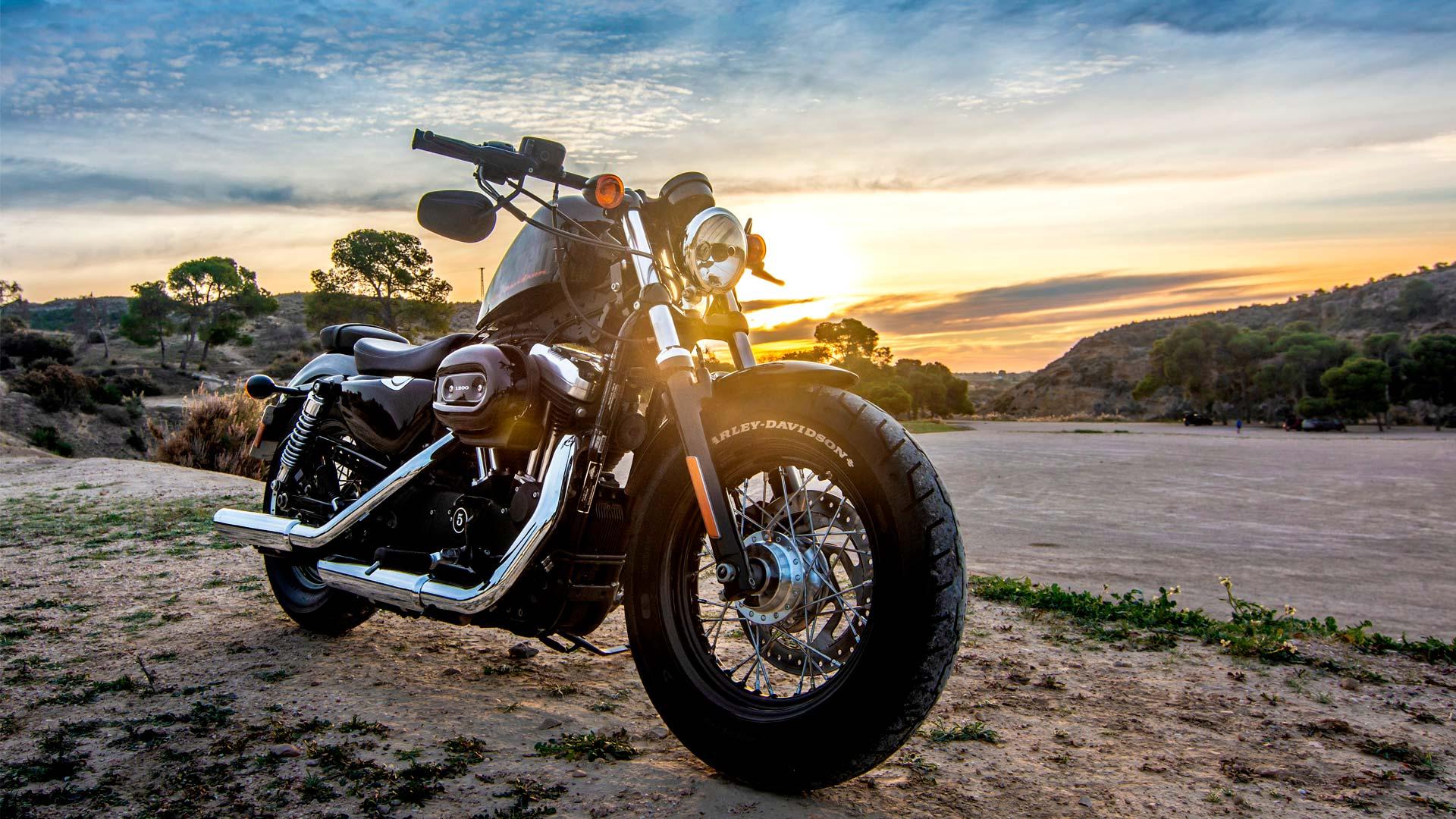 moto sous un coucher de soleil